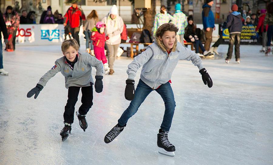 Катание на коньках на улице