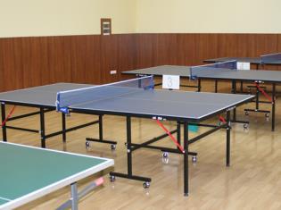 Столы в зале для настольного тенниса