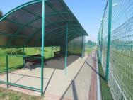 Скамьи с навесом футбольного поля